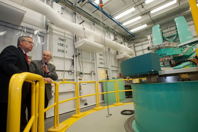 Federal Minister of State for Science and Technology Tours the CLS Image